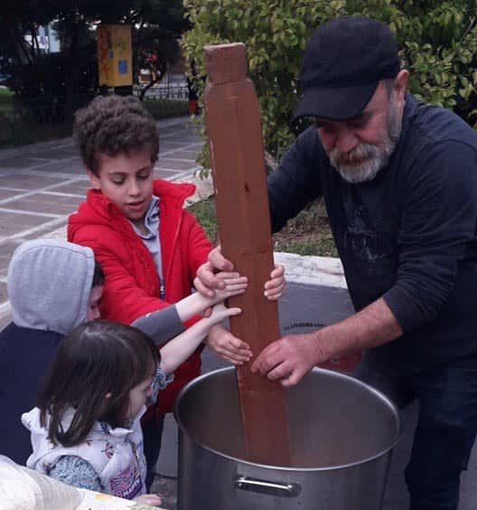 Η κοινωνική κουζίνα «Ο Άλλος Άνθρωπος» προσφέρει δωρεάν φαγητό σε όσους έχουν ανάγκη.
