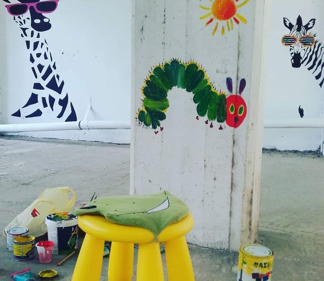 Ζωγράφος μετέτρεψε πυλωτή πολυκατοικίας σε... γκαλερί
