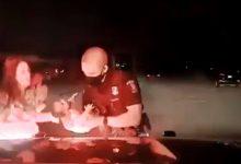 Ήρωας αστυνομικός έσωσε μωρό τριών εβδομάδων από πνιγμό (vid)