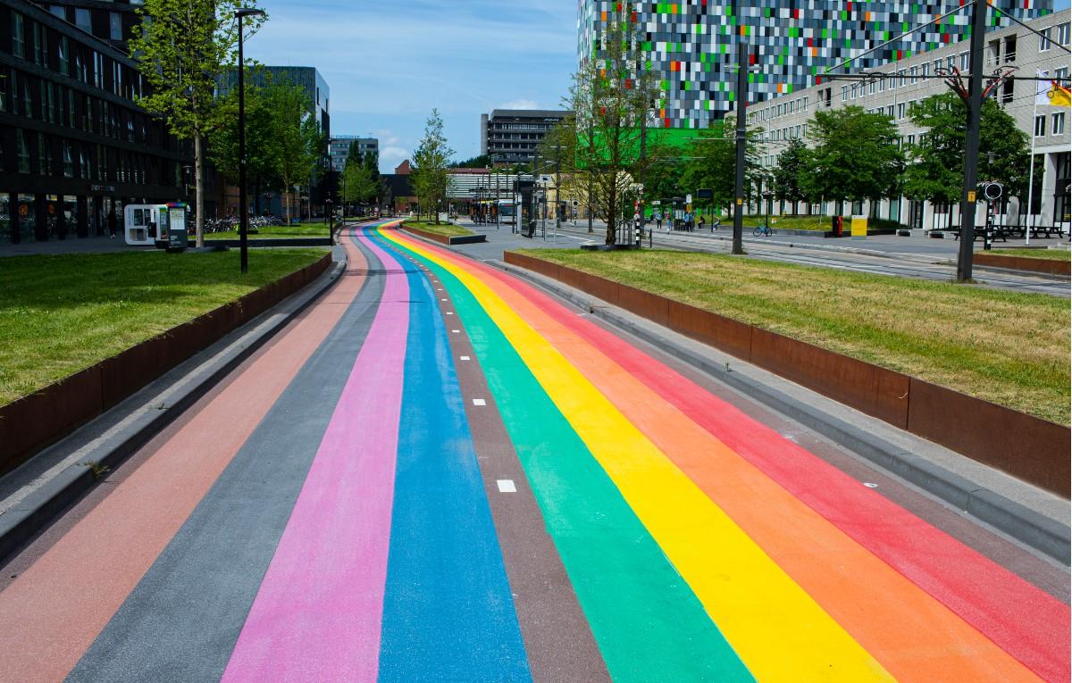 Ολλανδία: Ο μεγαλύτερος ποδηλατόδρομος στα χρώματα της σημαίας του Pride